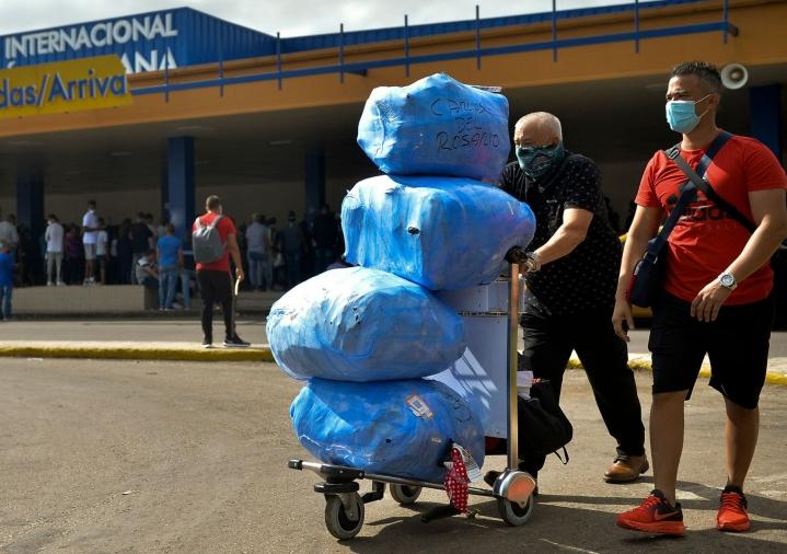 Kuubaan matkaavat saavat nyt tuoda mukanaan ruokaa, lääkkeitä ja muita tärkeitä tarvikkeita ilman, että he joutuvat maksamaan näistä tullimaksuja. LEHTIKUVA/AFP