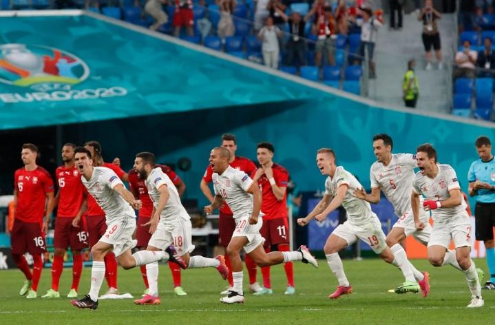 Espanja voitti Sveitsin rangaistuspotkukilpailussa ja eteni välieriin. LEHTIKUVA/AFP