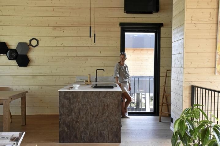 Pauliina Piirainen suunnitteli Villa Nordic Stories -taloon pienen keittiön, joka vastaa täsmälleen perheen tarpeisiin. Tilavaan saarekkeeseen upotettuihin kaappeihin mahtuu