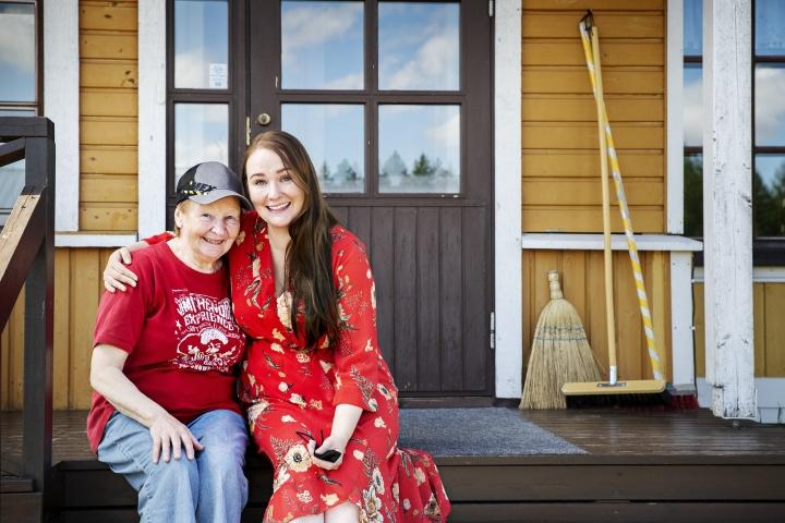 Marja-Leena Majuri tykkää kotona tehdä puutöitä ja leipoa, mutta myös istua kuistilla. Kansainvälisesti menestystä niittänyt tytär Sini Majuri kiittää äitiään luovuuteen kannustamisesta ja tukiverkkona olemisesta.
