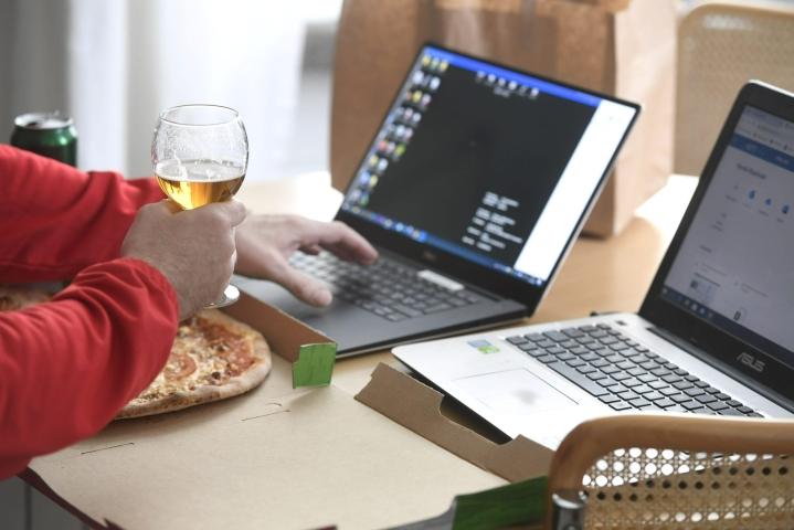 Yli puolen miljoonan suomalaisen juominen on riskitasolla, ja kesäisin osan alkoholinkäyttö lipsahtaa ongelmakäytön puolelle. LEHTIKUVA / Heikki Saukkomaa