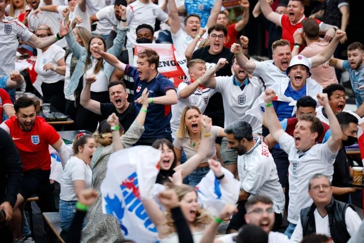 Britannian koronatartuntamäärät ovat kymmenkertaistuneet toukokuusta, mutta silti otteluiden yleisökapasiteettia on nostettu kolmeen viimeiseen otteluun. Lehtikuva/AFP