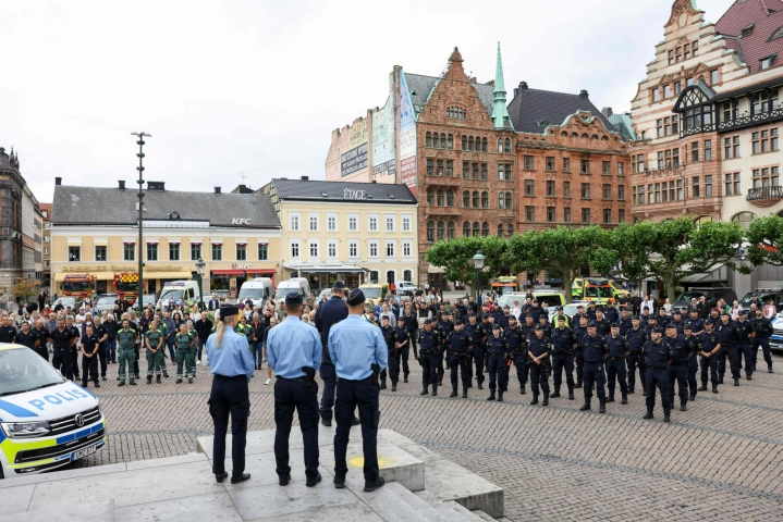 Göteborgissa ammutun poliisin muistoa kunnioitettiin hiljaisella hetkellä myös Malmössä. Lehtikuva/AFP
