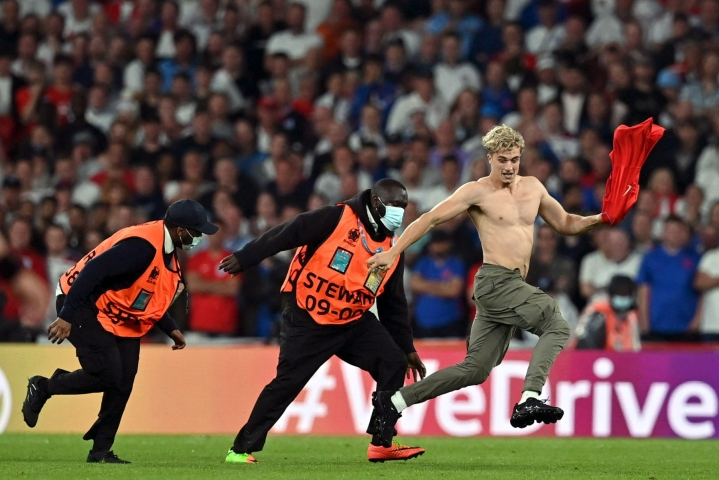 Sakkoja Englannin jalkapalloliitolle toi myös EM-finaalissa kentälle päässyt häirikkö. LEHTIKUVA/AFP
