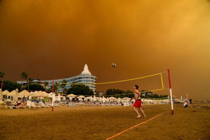 Savupilvet värjäsivät taivaan tumman oranssiksi eteläisessä Turkissa. LEHTIKUVA / AFP