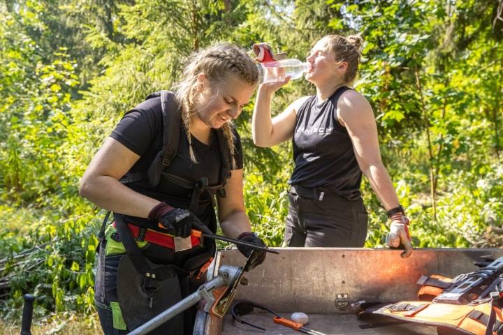 Ella Sairasen ja Pihla Simolan kesä menee Joensuun kaupungin metsiä hoitaessa.