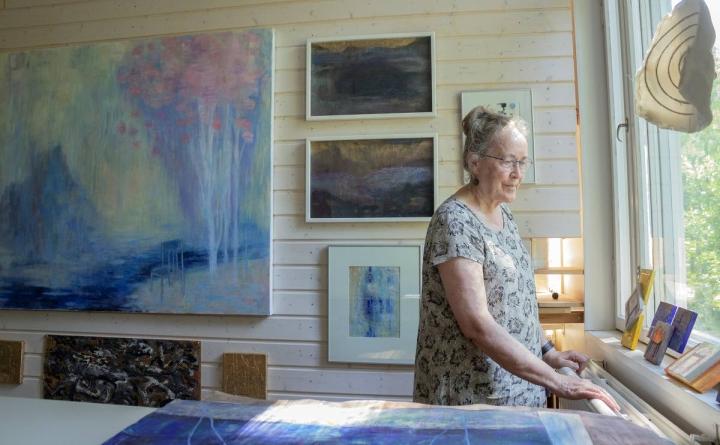 Arja Valkonen-Goldblatt on sommitellut työhuoneeseensa ja varastoonsa esille 200 teostaan. Vasemmassa alakulmassa näkyy hänen varhaisin 15-vuotiaana tekemänsä maalaus.