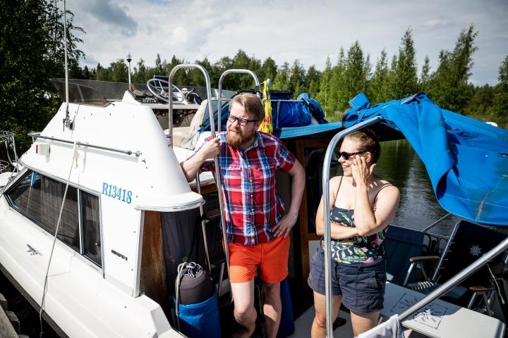 Joensuulaiset Timo ja Tuuli Martikainen yöpyivät Liperissä Saariston Puodin vierasvenesatamassa 6- ja 9-vuotiaiden lastensa kanssa.