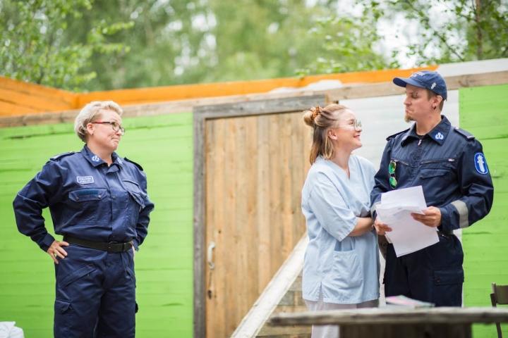 Rauni (Sanna Könönen) päivittelee Päivikin (Krista Haataja) ja Aimon (Jose Martin) flirttailua työajalla.