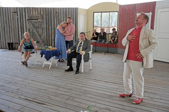 Öllölässä kesää viettävät anoppi (Eija Vilpas), tytär (Regina Launivuo), vävy (Juha-Pekka Mikkola), naapurin Sakke (Olli-Kalle Heimo) ja vuokralainen (Puntti Valtonen).