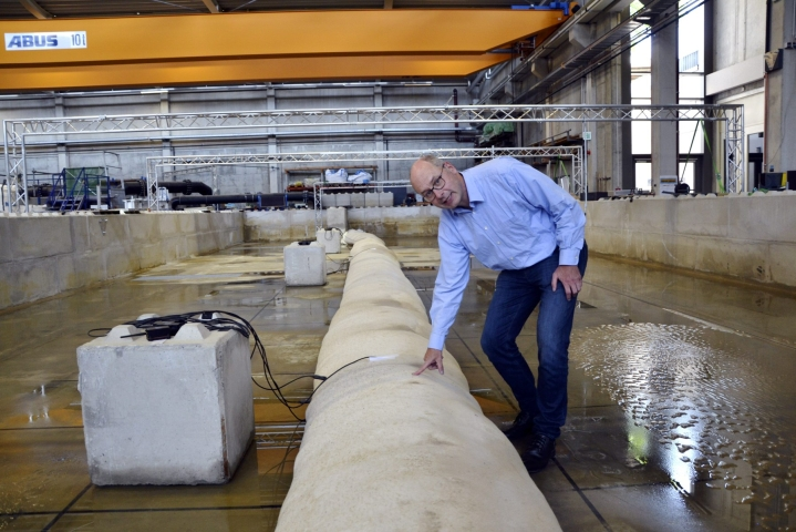 Professori Holger Schuttrumpf esittelee koneellisesti täytettäviä hiekkasäkkejä, mitä on kehitelty RWTH Aachen yliopiston  vesitekniikan instituutissa.  LEHTIKUVA / Heta Hassinen