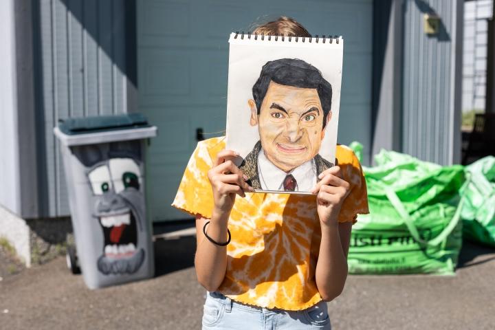 Jopa pihapiirin roskis on yllättynyt siitä, kuinka lahjakas nuori taiteilija Veera Vuori on.