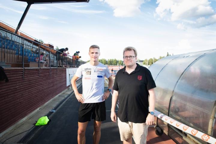 Estejuoksija Topi Raitanen ja entinen estejuoksija, gp-kisojen pääsihteeri Tuomo Lehtinen odottavat onnistumisia Joensuun kisaillasta.
