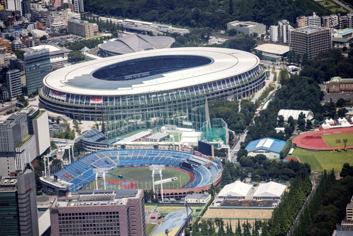 Tokion olympiakylään majoittuu kisojen aikana enimmillään 6700 urheilijaa ja kisavirkailijaa. Japanissa on todettu nyt 61 koronatartuntaa, jotka liittyvät perjantaina alkaviin olympialaisiin.  LEHTIKUVA / AFP