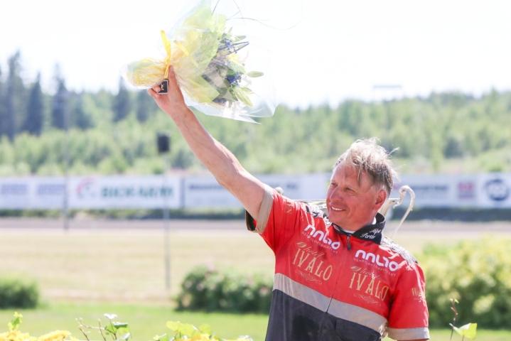 Suomen Hippos myönsi ohjastaja ja valmentaja Tapio Perttuselle Suur-Hollola-raveissa raviurheilijan kultaisen ansiomerkin, jonka on aiemmin saanut vain kahdeksan ihmistä. LEHTIKUVA / HANDOUT