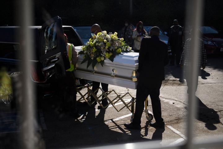 CDC:n raportin mukaan koronaviruksen aiheuttama kuolleisuus oli merkittävin yksittäinen tekijä elinajanodotteen laskussa. LEHTIKUVA/AFP