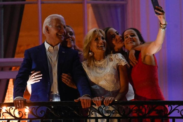Yhdysvaltain presidentti Joe Biden itsenäisyyspäivän yhteiskuvassa puolisonsa Jill Bidenin (kesk.) sekä tyttärensä Ashleyn ja lapsenlastensa Finneganin ja Naomin kanssa. LEHTIKUVA / AFP