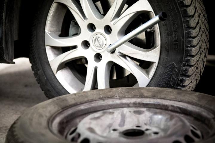 Puhjennut rengas pyritään aina ensin paikkaamaan, mutta isoja reikiä tai vaurioitunutta runkoa ei voida enää korjata.