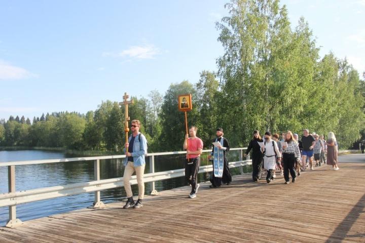Ensin kulkee lyhty ja risti. Ristisaattoon osallistujat seuraavat laulaen ja osallistuen palvelukseen.