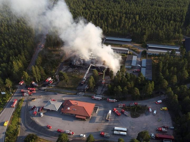 Hotellin päärakennus tuhoutui palossa täysin. LEHTIKUVA / TOMI GLAD