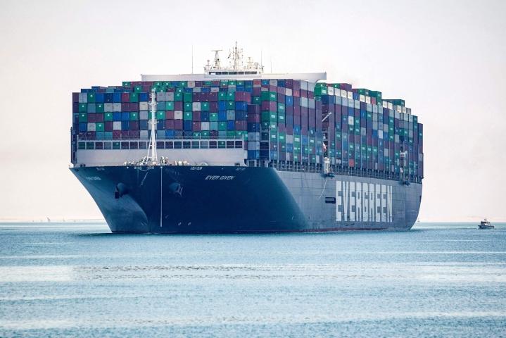 400-metrinen konttialus oli usean kuukauden ajan Egyptin viranomaisten hallussa näiden vaatiessa korvauksia aluksen omistavalta japanilaisyhtiöltä. LEHTIKUVA/AFP