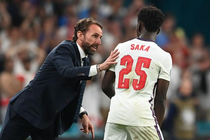 Englannin viidenneksi laukojaksi rangaistuspotkukilpailussa asettui Saka, josta tuli historian neljänneksi nuorin EM-finaalissa pelannut pelaaja.  LEHTIKUVA / AFP
