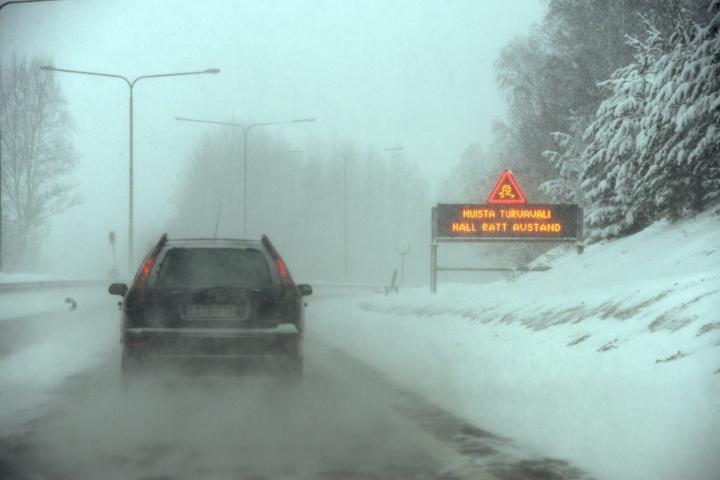 Talvinen liikennetaulu muistuttaa turvaväleistä.  LEHTIKUVA / Sari Gustafsson