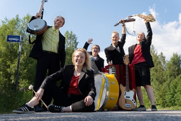 Valtteri Haliseva, Sanna Kärkkäinen, Eve Pietarinen, Sakari Saikkonen ja Inari Ruonamaa pääsevät kiertämään maakuntia.