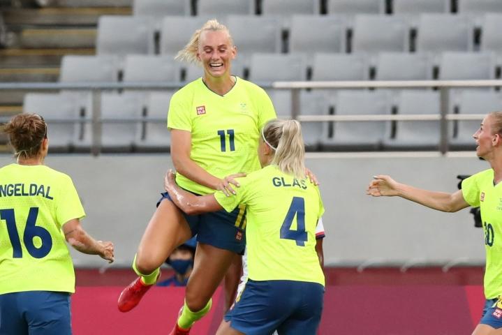 Ruotsi siirtyi Tokiossa pelatussa ottelussa johtoon 25. minuutilla hyökkääjä Stina Blacksteniuksen (ylimpänä) puskumaalilla. LEHTIKUVA/AFP
