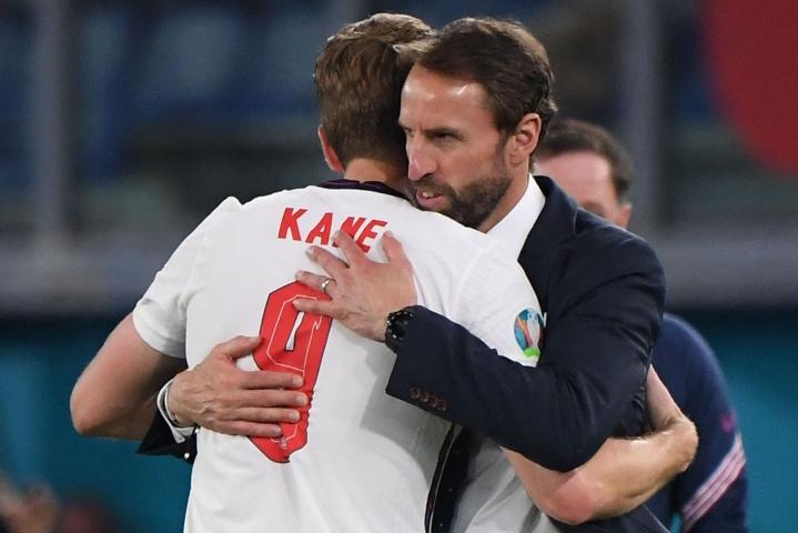 Englannin päävalmentaja Gareth Southgate (oik) kiitti joukkueen kapteenia Harry Kanea Ukraina-ottelun jälkeen. Lehtikuva/AFP
