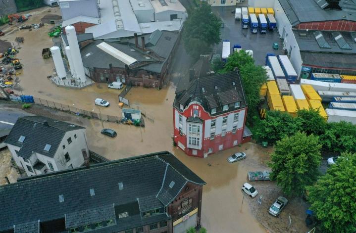 Ilmakuva näyttää, kuinka vesi tulvi keskiviikkona länsisaksalaisen Hagenin kaupungin kaduille. LEHTIKUVA/AFP