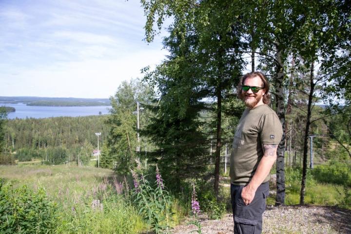 Tapahtumat on yksi tapa elävöittää hiihtokeskusta. Uusi toimitusjohtaja Sebastian Katter tutustui kisarinteen maisemiin.