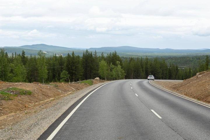Ivalosta Nellimiin johtava, vuonna 2019 päällystetty tie tarjoaa vaaranäkymiä.