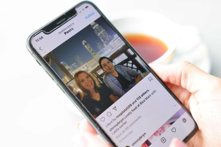 Prinsessa Latifa yritti vuonna 2018 paeta Arabiemiraateista. Tämän vuoden toukokuussa vahvistamattomalla Instagram-tilillä levisi kuva, jossa Latifan (oik.) kerrottiin olevan dubailaisessa ravintolassa. LEHTIKUVA / AFP