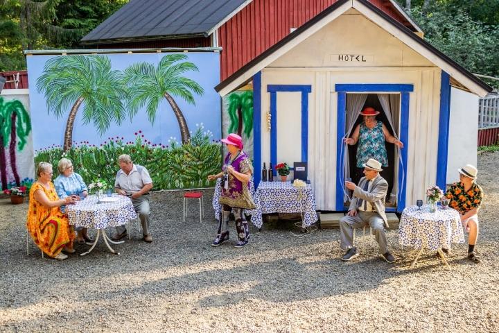 Rodoksella lomailevat Marjukka (Taina Käyhkö vas.), Seija (Ulla Kiiskinen) ja Jukka (Hannu Väistö). Matkaa opastaa Katri (Arja Havukainen). Porukassa keskenään viihtyvät lomalaiset Valma (Pirjo Pelkonen), Ossi (Tapio Saarinen) ja Kari (Iiro Rahunen).