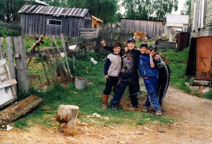 Markus Lehtipuu kuvasi tämän poikajoukon Lentiiran kylässä Lieksan korkeudella vuonna 2001.
