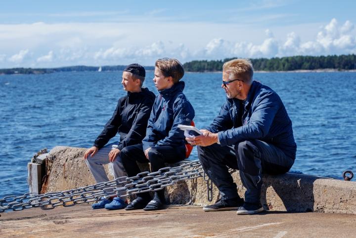 Oskari Mustikkaniemi (vas.) ja Olavi Kiiski ovat Pertsa ja Kilu 1950-luvun poikakirjasarjan tuoreessa elokuvaversiossa. Oikealla ohjaaja Taavi Vartia.