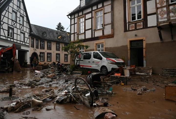 Sääennusteiden mukaan läntiseen Eurooppaan on tänään luvassa lisää rankkasateita. LEHTIKUVA/AFP
