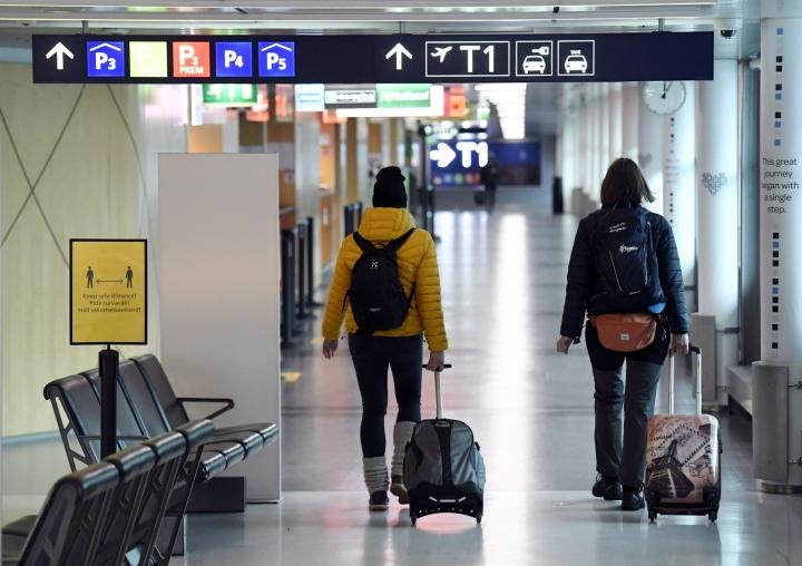 Suomen ulkoministeriö muistuttaa, että aina ulkomaille matkustettaessa on selvitettävä muun muassa koronatestitodistuksiin ja rokotustodistuksiin liittyvät vaatimukset. LEHTIKUVA / JUSSI NUKARI