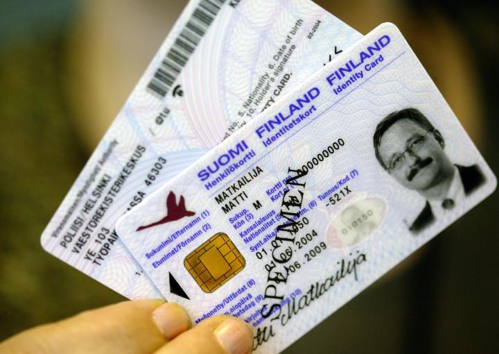 EU-kansalainen tarvitsee jatkossa Britanniaan matkustamiseen passin, joka on voimassa koko vierailun ajan. Henkilökortilla matkustaminen ei enää käy. LEHTIKUVA / Timo Jaakonaho