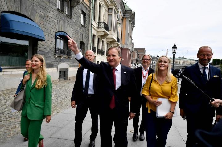 Löfven (keskellä) matkalla esittelemään uutta hallitustaan. Lehtikuva/AFP