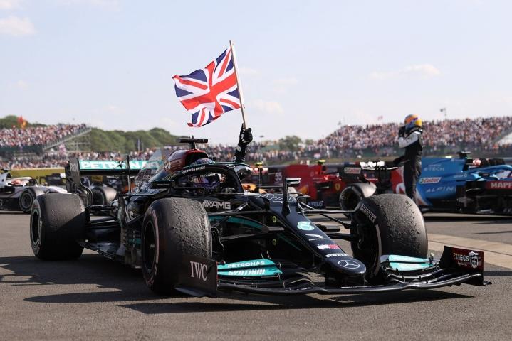 Hamilton otti ennätyksellisen kahdeksannen voittonsa Britannian gp:ssä, kun hän kaasutteli Englannin Silverstonessa loppukierroksilla voittoon. LEHTIKUVA/AFP
