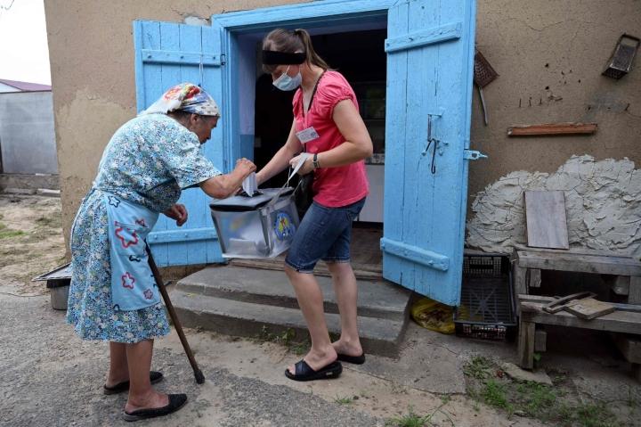 Nainen äänesti sunnuntaina Moldovan parlamenttivaaleissa Gura Biculuin kylässä noin 70 kilometrin päässä pääkaupungista. LEHTIKUVA/AFP