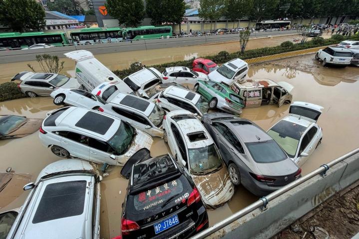 Tulvat ajoivat ihmisiä kodeistaan sekä hukuttivat alleen muun muassa teitä ja metrolinjastoja. Lehtikuva/AFP