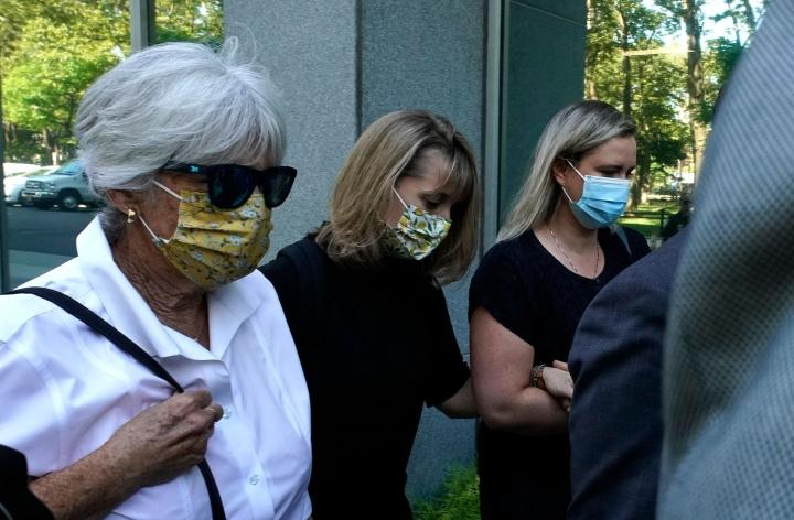 Allison Mack (kesk.) kertoi New Yorkissa järjestetyssä kuulemisessa häpeävänsä omaa toimintaansa. LEHTIKUVA / AFP