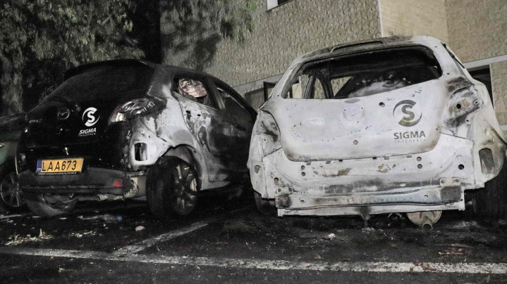 Tuhannet koronarajoituksia ja -rokotuksia vastustavat mielenosoittajat vahingoittivat ja polttivat useita autoja Kyproksen pääkaupungissa Nikosiassa sijaitsevan televisioaseman edustalla sunnuntai-illan ja -yön aikana. LEHTIKUVA / AFP