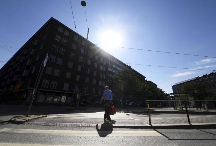 Aurinko porottaa Kampissa Helsingissä 2. heinäkuuta. Kuvituskuva. LEHTIKUVA / VESA MOILANEN