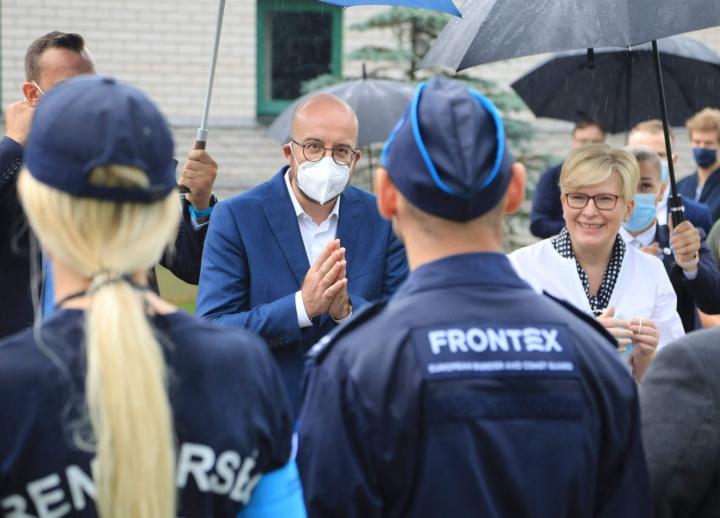 Liettua on saanut apua Euroopan raja- ja merivartiovirasto Frontexilta. Eurooppa-neuvoston puheenjohtaja Charles Michel (keskellä) ja Liettuan pääministeri Ingrida Simonyte tapasivat kuun alussa viraston edustajia Valko-Venäjän rajalla. LEHTIKUVA/AFP
