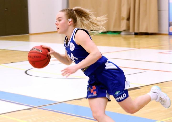 Anni Laurikainen vauhdissa viime keväänä urheilutalon parketilla.