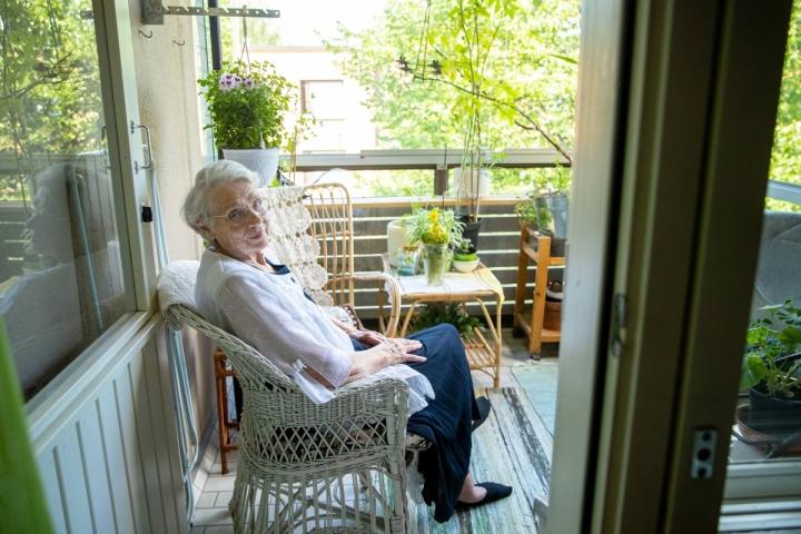 Asunnon länsipuolella oleva parveke on varjossa aamupäivän. Varpu Kähönen istuskelee silloin raittiissa ilmassa.